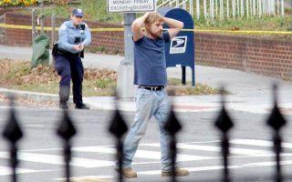 Ο Εντγκαρ Μάντισον Γουέλτς, ο οποίος ισχυριζόταν ότι η Χίλαρι Κλίντον διοικεί δίκτυο παιδεραστών από πιτσαρία, παραδίδεται στην αστυνομία. Το παιχνίδι Bad News θα βάλει τέλος στις θεωρίες συνωμοσίας στο Διαδίκτυο.