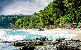 Στην παραλία της Πλάκας. (Φωτογραφία: VISUALHELLAS.GR)