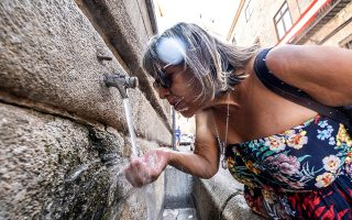 epa07679466 A woman drinks water from a fountain in Toledo, Spain, 28 June 2019. The heat wave affecting the Spanish peninsula with temperatures reaching up to 45 degrees has caused a victim at the moment. The victim is a 17-year old boy who died after swimming in a pool while suffering a heat stroke in Cordoba.  EPA/Angeles Visdomine