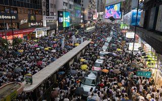 Eκατοντάδες χιλιάδες διαδηλωτές απαιτούν να μην ψηφιστεί ο νόμος που επιτρέπει απελάσεις και προς την Κίνα, δίνοντας τη δυνατότητα στο Πεκίνο να συλλάβει πολιτικούς του αντιπάλους στο Χονγκ Κονγκ.