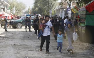 epa06234151 People flee the scene of a suicide bomb attack targeting Shiite Muslims Mosque during Friday congregational prayers, in Kabul, Afghanistan, 29 September 2017. At least six people were killed and 20 injured when a suicide bomber attacked a Shiite Muslims Mosque in Kabul.  EPA/JAWAD JALALI