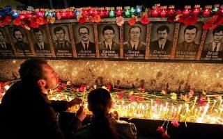 Το μνημείο στο Σλάβουτιτς της Ουκρανίας προς τιμήν των εργατών και των πυροσβεστών που έχασαν τη ζωή τους στο Τσερνόμπιλ. EPA/SERGEY DOLZHENKO