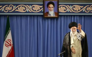 Ο αγιατολάχ Αλί Χαμενεΐ προσέρχεται σε συνάντηση με αξιωματούχους της ιρανικής Δικαιοσύνης στην Τεχεράνη. EPA