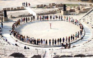 Το φινάλε των εργαστηρίων στο Αρχαίο Θέατρο Επιδαύρου συγκινεί τους σπουδαστές. Εδώ, υπό τις οδηγίες της Ελβετίδας ηθοποιού και σκηνοθέτριας, Lilo Baur.