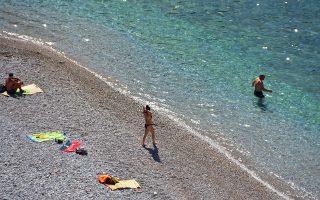 Κόσμος απολαμβάνει το μπάνιο του στην παραλία Αρβανιτιάς στην πόλη του Ναυπλίου, Τετάρτη 13 Απριλίου 2016. Ηλιοφάνεια σε ολόκληρη τη χώρα με λίγες αραιές νεφώσεις και νέα άνοδο της θερμοκρασίας. ΑΠΕ-ΜΠΕ /ΑΠΕ-ΜΠΕ/ΜΠΟΥΓΙΩΤΗΣ ΕΥΑΓΓΕΛΟΣ