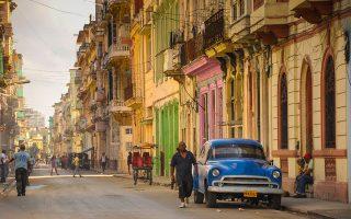 Αυτή τη φορά οι κραδασμοί στην οικονομία της Κούβας δεν είναι τεκτονικοί όπως εκείνοι τη δεκαετία του 1990, όταν η διάλυση της Σοβιετικής Ενωσης οδήγησε το κουβανικό ΑΕΠ σε μείωση κατά 35%. Συνδυάζονται, όμως, με το εμπάργκο που επανήλθε δριμύτερο, καθώς ο Ντόναλντ Τραμπ έχει ανακαλέσει την προσέγγιση που είχε εγκαινιάσει η κυβέρνηση Μπαράκ Ομπάμα. Shutterstock