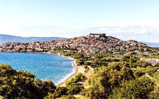 Ο Μόλυβος, με το κάστρο να δεσπόζει στην κορυφή του οικισμού. (Φωτογραφία: ΔΙΟΝΥΣΗΣ ΚΟΥΡΗΣ)