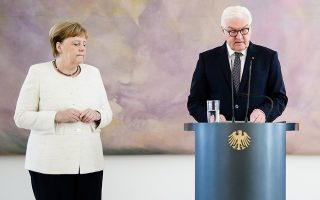 epa07676927 German Chancellor Angela Merkel (L) closes her eyes next to German President Frank-Walter Steinmeier while attending the handing over of the certificates of appointment and discharge for the Ministers of Justice at Bellevue Palace in Berlin, Germany, 27 June 2019. During the event, German Chancellor Merkel was seen trembling, once again, eight days after a similar incident, media reported.  EPA/CLEMENS BILAN