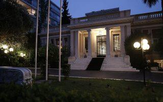 Δημοσκοπικά ο ΣΥΡΙΖΑ όχι μόνο δεν κινείται ανοδικά, αλλά λέγεται πως ελλοχεύει ο κίνδυνος περαιτέρω αποσυσπείρωσής του. Προκειμένου να αποτρέψει αυτή την τάση, ο απερχόμενος πρωθυπουργός θα συνεχίσει τις επιθέσεις κατά του κ. Μητσοτάκη, ενώ θα κλιμακώσει την κριτική του κατά του ΚΙΝΑΛ και του κ. Βαρουφάκη.
