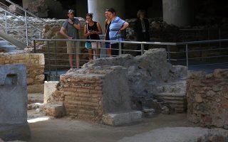 Αθηναίοι και τουρίστες επισκέπτονται το Μουσείο της Ακρόπολης και τον χώρο των ανασκαφών κάτω από αυτό, στην επέτειο των δέκα χρόνων λειτουργίας του μουσείου, Αθήνα Παρασκευή 21 Ιουνίου 2019. Οι αρχαιολόγοι κατά τη διάρκεια της ανασκαφής κάτω από το μουσείο έχουν φέρει στο φως μία ολόκληρη γειτονιά με συνεχή ανθρώπινη παρουσία από τους κλασσικούς χρόνους της αρχαιότητας ως τη Βυζαντινή περίοδο.  ΑΠΕ-ΜΠΕ/ΑΠΕ-ΜΠΕ/ΟΡΕΣΤΗΣ ΠΑΝΑΓΙΩΤΟΥ