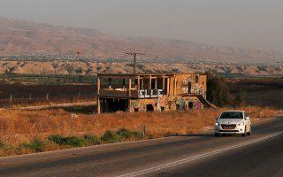 Αυτοκίνητο περνά δίπλα στο τείχος ασφαλείας μεταξύ Ισραήλ - Ιορδανίας.