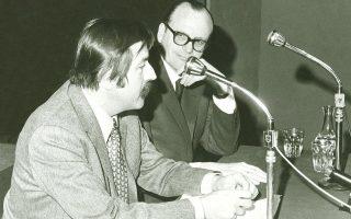 O συγγραφέας Γκίντερ Γκρας με τον Γιάγκο Πεσμαζόγλου σε ομιλία του Γερμανού στην Αθήνα.
