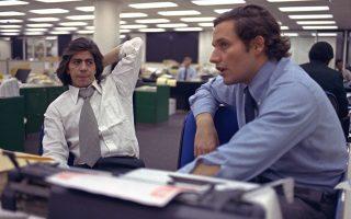 Οι δημοσιογράφοι Μπομπ Γούντγουορντ (δεξιά) και Καρλ Μπέρνστιν (εδώ στο γραφείο τους στην εφημερίδα Washington Post, τον Μάιο του 1973) τιμήθηκαν για την αποκάλυψη του σκανδάλου Ουότεργκεϊτ με το βραβείο Πούλιτζερ. ASSOCIATED PRESS