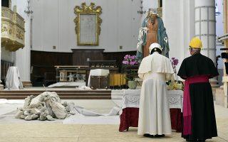 Φορώντας κράνος ασφαλείας, ο Ποντίφικας προσευχήθηκε στο άγαλμα της Παναγίας του καθεδρικού ναού, το οποίο υπέστη ζημιές.
