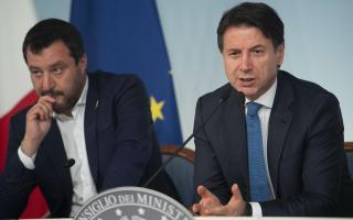 O Ιταλός πρωθυπουργός Τζουζέπε Κόντε (Α) και ο υπουργός Εσωτερικών Ματέο Σαλβίνι.