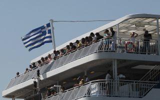 Επιβάτες στέκονται στο κατάσρωμα πλοίου που ετοιμάζεται για αναχώρηση με προορισμό τα Χανιά, στο λιμάμι του Πειραιά, Πέμπτη 14 Αυγούστου 2014. Ολοένα και περισσότεροι επιβιβάζονται στα πλοία του Πειραιά, της Ραφήνας και του Λαυρίου και αναχωρούν παραμονή Δεκαπενταύγουστου με προορισμό κάποιο από τα ελληνικά νησιά. Χαρακτηριστικό είναι πως η πληρότητα των ακτοπλοϊκών δρομολογίων για πολλούς προορισμούς αγγίζει και το 100%. ΑΠΕ-ΜΠΕ/ΑΠΕ-ΜΠΕ/ΓΙΑΝΝΗΣ ΚΟΛΕΣΙΔΗΣ