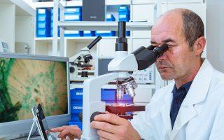 Η ιατρική ακριβείας αφορά τον προσδιορισμό γενετικών μοριακών διαταραχών, δηλαδή αλλοιώσεων στην αλυσίδα του DNA του ανθρώπινου γονιδιώματος, που οδηγούν σε διάφορες ασθένειες. Ασθένειες, οι οποίες μπορεί να συνδέονται με την κληρονομικότητα, το περιβάλλον όπου ζει κάποιος ή τον τρόπο ζωής του. Shutterstock