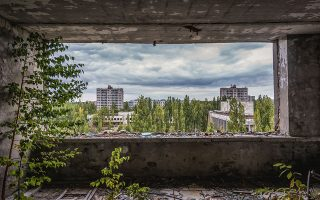 Επειτα από χρόνια, τα εγκαταλελειμμένα κτίρια έχουν χορταριάσει. Η φύση δείχνει να θεριεύει εν τη απουσία του ανθρώπου. Παρ' όλα αυτά, ο τελευταίος άφησε το στίγμα του: χρόνια μετά, ακόμη ανιχνεύονται υψηλά μεγέθη ραδιενέργειας.  SHUTTERSTOCK