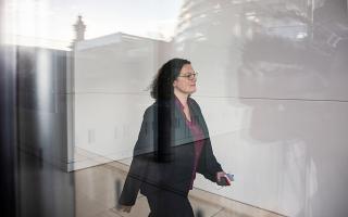 «Δεν χαίρω πλέον της αναγκαίας στήριξης για να ασκώ τα καθήκοντά μου», αναφέρει στην ανακοίνωση παραίτησής της η πρόεδρος του SPD, Αντρέα Νάλες.