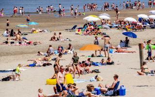 Πλήθος απολομβάνει τον καλοκαιρινό ήλιο στην Ολλανδία (EPA/ROBINUTRECHT)