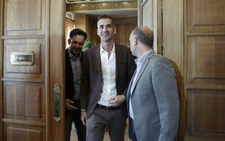 Ο νέος δήμαρχος της Αθήνας, Κώστας Μπακογιάννης (Κ) και ο απερχόμενος υπηρεσιακός δήμαρχος, Γιώργος Μπρούλιας (Α), προχωρούν για να κάνουν δηλώσεις στους δημοσιογράφους, μετά το τέλος της συνάντησής τους, στο δημαρχειακό μέγαρο, Αθήνα, Τρίτη 4 Ιουνίου 2019. ΑΠΕ-ΜΠΕ/ΑΠΕ-ΜΠΕ/ΓΙΑΝΝΗΣ ΚΟΛΕΣΙΔΗΣ