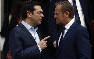 Ο πρωθυπουργός Αλέξης Τσίπρας (Α) συνομιλεί με τον Πρόεδρο του Ευρωπαϊκού Συμβουλίου Ντόναλντ Τουσκ (Δ), κατά την αποχώρησή του μετά την συνάντησης τους στο Μέγαρο Μαξίμου, Τετάρτη 5 Απριλίου 2017. ΑΠΕ-ΜΠΕ / ΑΠΕ-ΜΠΕ / ΑΛΕΞΑΝΔΡΟΣ ΒΛΑΧΟΣ
