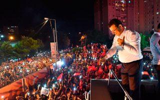 Ο Εκρέμ Ιμάμογλου μιλάει σε υποστηρικτές του, το βράδυ των εκλογών.