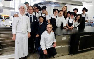 Η ομάδα του εστιατορίου «Universo Santi» στην κουζίνα.