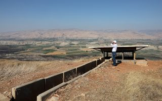 epa07669141 A man looks through binoculars in an old army outpost overlooking the Jordan Valley  between the Israeli city of Beit Shean and the Palestinian city of Jericho, West Bank, 23 June 2019, during a visit of US National Security Advisor John Bolton and Israeli Prime Minister Benjamin Netanyahu.  EPA/ABIR SULTAN / POOL
