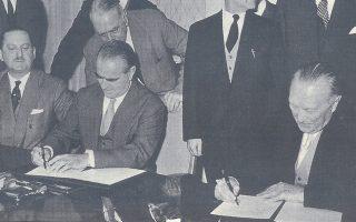 Βόννη, Νοέμβριος 1958. Ο Κωνσταντίνος Καραμανλής και ο Κόνραντ Αντενάουερ υπογράφουν το πρωτόκολλο της ελληνογερμανικής συμφωνίας του 1958-59: πιστώσεις 400 εκατ. μάρκων και δάνειο 100 εκατ. δολαρίων. ΙΔΡΥΜΑ ΚΩΝΣΤΑΝΤΙΝΟΣ Γ. ΚΑΡΑΜΑΝΛΗΣ
