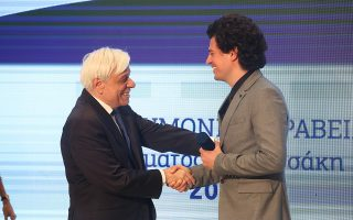 O Πρόεδρος της Δημοκρατίας Προκόπης Παυλόπουλος (Α), παραδίδει το βραβείο στον Καθηγητή στο Τεχνολογικό Ινστιτούτο της Μασσαχουσέτης (ΜΙΤ), στον Τομέα των Εφαρμοσμένων Επιστημών/Τεχνολογίας), Κωνσταντίνο Δασκαλάκη (Δ), στην τελετή απονομής των «Επιστημονικών Βραβείων» του Ιδρύματος Μποδοσάκη, σε διακρινόμενους επιστήμονες για την επιβράβευση της πνευματικής τους επίδοσης, την Τετάρτη 19 Ιουνίου 2019, στο Περιστύλιο του Ζαππείου Μεγάρου. ΑΠΕ ΜΠΕ/ΑΠΕ ΜΠΕ/ΑΛΕΞΑΝΔΡΟΣ ΜΠΕΛΤΕΣ