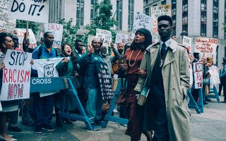 Σκηνή από τη σειρά «Οταν μας βλέπουν», η οποία απέσπασε διθυραμβικές κριτικές.