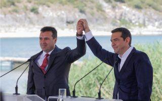 """Ο πρωθυπουργός της Ελλάδος, Αλέξης Τσίπρας (Δ) και ο πρωθυπουργός της ΠΓΔΜ, Ζόραν Ζάεφ (Α), ανταλλάσσουν χειραψία κατά την τελετή υπογραφής συμφωνίας μεταξύ Ελλάδος και ΠΓΔΜ για το ονοματολογικό της γειτονικής χώρας, Ψαράδες Πρεσπών, Φλώρινα, Κυριακή 17 Ιουνίου 2018. Η συμφωνία αποτελεί προϊόν μίας πολύμηνης διαπραγμάτευσης μεταξύ των δύο χωρών και κατέληξε στο όνομα """"Βόρεια Μακεδονία"""" ή """"Severna Makedonja"""". ΑΠΕ-ΜΠΕ/ ΑΠΕ-ΜΠΕ/ ΝΙΚΟΣ ΑΡΒΑΝΙΤΙΔΗΣ"""
