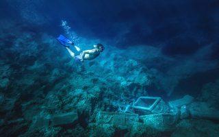 Ο βυθός βόρεια της νήσου Σαπιέντζα, στη Μεθώνη, κρύβει σε βάθος 15 μέτρων το περίφημο ναυάγιο των Σαρκοφάγων. (Φωτογραφία: ΠΕΡΙΚΛΗΣ ΜΕΡΑΚΟΣ)