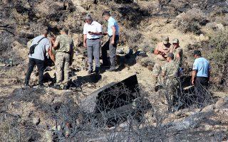 Τούρκοι στρατιώτες ερευνούν το σημείο συντριβής του πυραύλου στο χωριό Βουνό στον Πενταδάκτυλο.