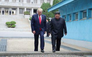 Ο Ντ. Τραμπ περνάει τη συνοριακή γραμμή που χωρίζει τις δύο Κορέες.