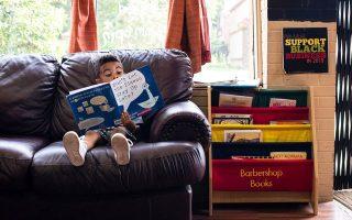 Ο τετράχρονος Αρντον έχει βυθιστεί σε κάποιο παιδικό βιβλίο, ενώ περιμένει τον πατέρα του να κουρευτεί σε κουρείο του Ντιτρόιτ.