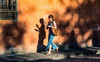 Η θεματική της φωτογράφου είναι βιωματική: εντυπώσεις και στιγμιότυπα από τα πολλά ταξίδια της ανά τον κόσμο ή τοπία οικεία και γνώριμα.