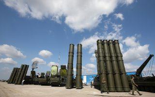 Αντιαεροπορικοί πύραυλοι S-400 (αριστερά) και S-300 (δεξιά) σε έκθεση της ρωσικής πολεμικής βιομηχανίας στην πόλη Ζουκόφκσι, κοντά στη Μόσχα.