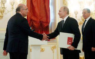 Ο πρόεδρος Βλαντιμίρ Πούτιν παραλαμβάνει τα διαπιστευτήρια του νέου πρεσβευτή της Τουρκίας στη Ρωσία, Μεχμέτ Σαμσάρ.