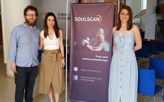 Ο ψυχίατρος Γιώργος Νικολάου, μαζί με τους συνεργάτες της ομάδας του SoulScan, σε εκδήλωση του επιταχυντή επιχειρηματικότητας OK!Thess.