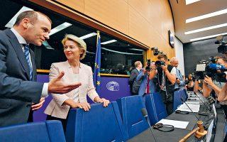Ο επικεφαλής του ΕΛΚ Μάνφρεντ Βέμπερ με τη Γερμανίδα υπουργό Αμυνας Ούρσουλα φον ντερ Λάιεν, η οποία προαλείφεται για πρόεδρος της Κομισιόν. Η υποψηφιότητά της αναμένεται να επικυρωθεί επισήμως όταν ψηφιστεί, στις 15 Ιουλίου, από το Ευρωκοινοβούλιο και από τις αρχές Αυγούστου θα ξεκινήσει τον σχεδιασμό του νέου Κολεγίου της Επιτροπής.
