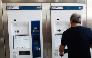 Τα αυτόματα μηχανήματα «κολλούσαν» κατά τη διαδικασία έκδοσης χάρτινων ηλεκτρονικών εισιτηρίων.
