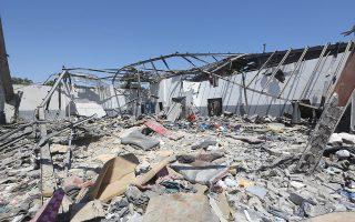 Γενική άποψη του βομβαρδισμένου κέντρου κράτησης προσφύγων και μεταναστών στην Τρίπολη.