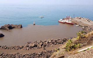 Τέφρα και βράχοι σε παραλία του Στρόμπολι λίγες ώρες μετά την έκρηξη, η οποία οφείλεται σε απότομη απελευθέρωση μάγματος.