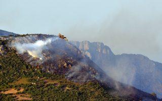 Καναντέρ επιχειρεί ρίψη νερού στη φωτιά της Εύβοιας.