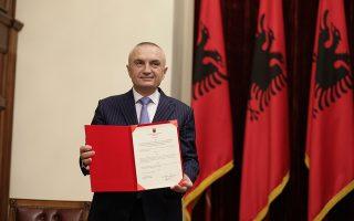 H Aλβανία τελεί σε βαθιά κρίση, λέει σε συνέντευξή του στην «Κ» ο πρόεδρος της χώρας, Ιλίρ Μέτα, ο οποίος κάνει λόγο για «μια οργανωμένη ομάδα που λειτουργεί ως βαθύ κράτος και επιχειρεί να καταλάβει ολοκληρωτικά το κράτος». Ο Μέτα, ο οποίος στη φωτογραφία εικονίζεται με το διάταγμα για τη ματαίωση των εκλογών της 30ής Ιουνίου, επανέφερε πρόταση για τριπλές εκλογές στις 13 Οκτωβρίου, τοπικές, βουλευτικές και προεδρικές.