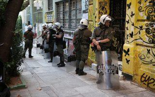 Λίγο μετά τις 7 μ.μ., στο 33ο εκλογικό κέντρο στην Α΄ Αθήνας, δέκα κουκουλοφόροι εισέβαλαν στον χώρο και απέσπασαν την κάλπη.
