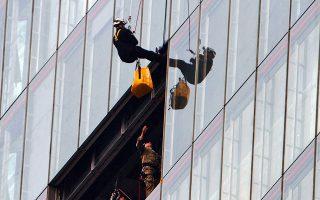 Ο πρίγκιπας Ανδρέας έκανε κατάβαση από τον ουρανοξύστη Shard το 2012. Χθες, ένας ριψοκίνδυνος δοκίμασε να αναρριχηθεί χωρίς κανένα βοήθημα.