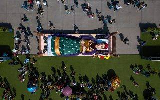 Γενέθλια. Αν ζούσε, αυτή η σπουδαία καλλιτέχνις θα γινόταν 112 ετών. Ο λόγος για την Μεξικανή Frida Kahlo που η πόλη της την γιόρτασε με μια εγκατάσταση στην Πλατεία Συντάγματος με τίτλο «Frida's Colors».  EPA/Madla Hartz